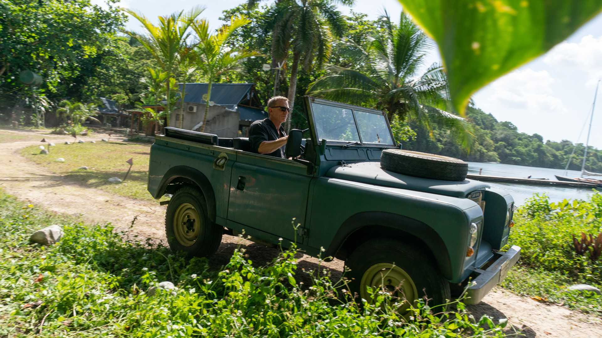 james-bond-in-his-land-rover-series-iii-in-jamaica